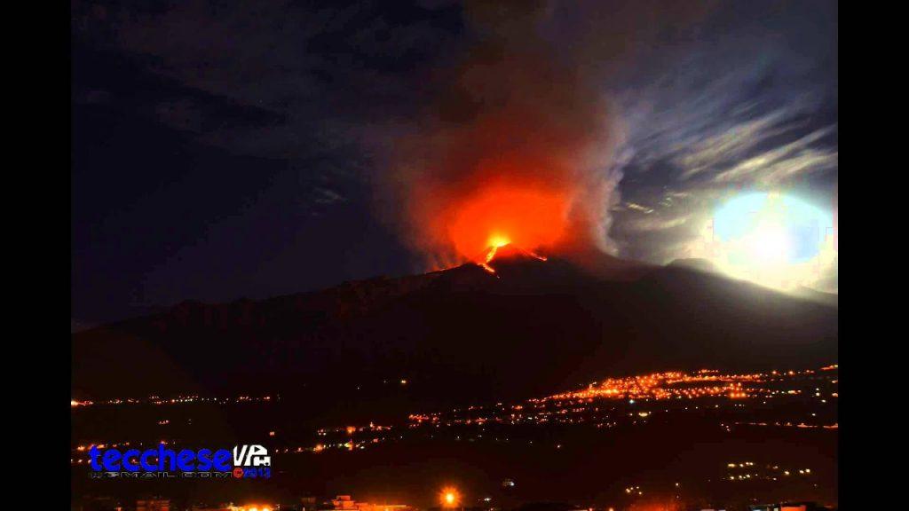 Vierter Ausbruch des Ätnas mit einer 8 km hohen Aschesäule