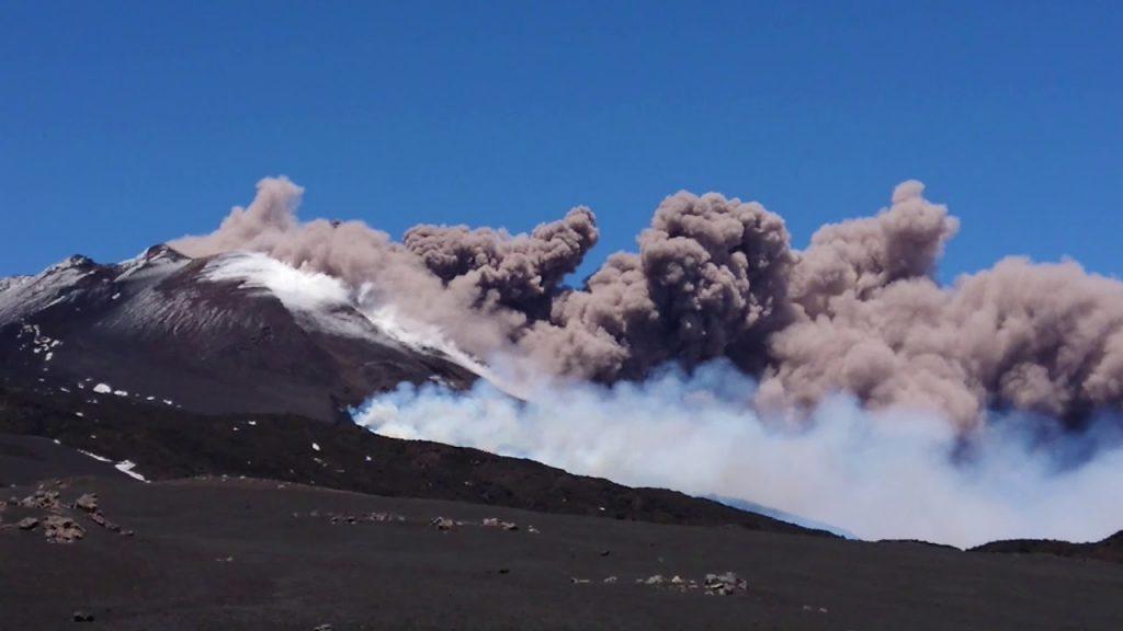 Ätna spuckt wieder Asche und Lava